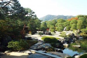 Bảo tàng Nghệ thuật sỏi trắng và vườn thông Adachi