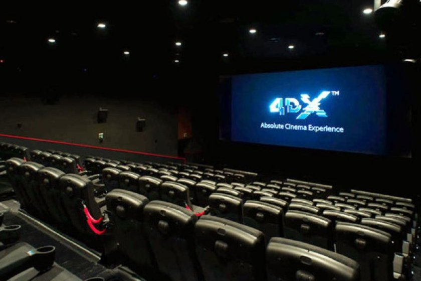 Le plafond de la salle fait parfois tomber de la neige ou de la pluie, et des odeurs sont régulièrement diffusées durant le film.