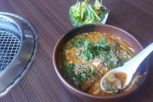Súp thịt cay và salad cho bữa trưa mùa đông ấm áp