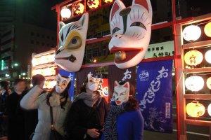 Orang yang memakai masker berbentuk rubah