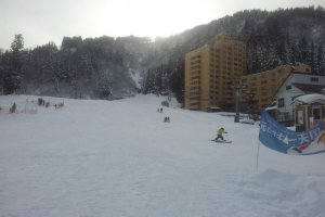 The Ipponsugi slope, complete with beginner. Sledding zone on the right.