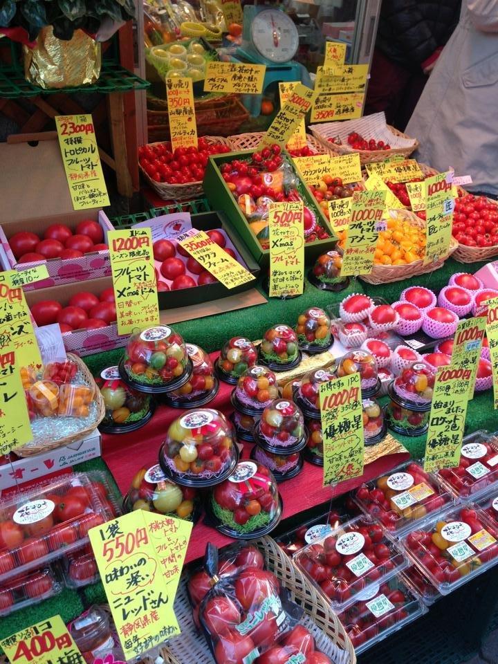 めずらしいフルーツトマト。日本ではなかなか見かけない様々な種類のトマトが売られています。