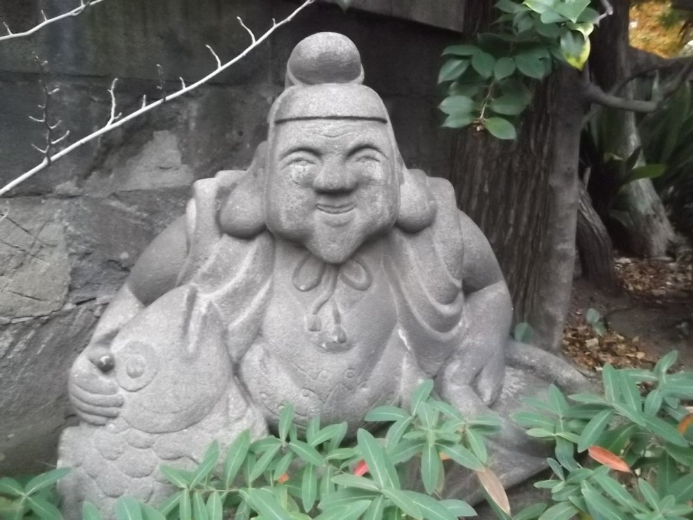 Bức tượng vui vẻ này ở gần ngay cổng