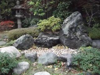 Ngôi đền có một khu vườn tuy nhỏ nhưng được chăm sóc rất kĩ lưỡng