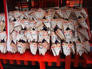 Thẻ cầu may hình mặt cáo ở đền Fushimi Inari