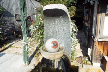MEDAMA-OYAJI in the water fountain