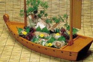 Món cá tráp được phục vụ kiểu Funanori (sashimi trên thuyền)