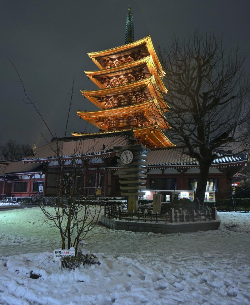 <p>Unique Asakusa view during snowfall in January 2013</p>