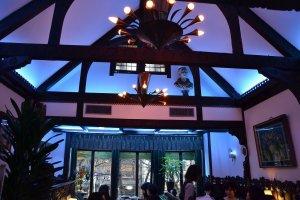 画家東郷青児の青をイメージしたと思われるブルーが美し店内
