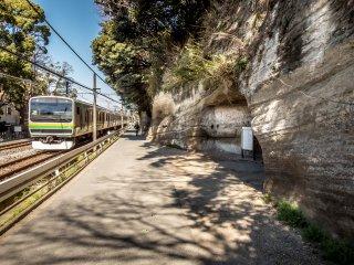 Après avoir quitté la station Kita-Kamakura, tournez à gauche (direction ouest), où la première partie de ce chemin de randonnée se trouve en parallèle avec la ligne JR Yokosuka