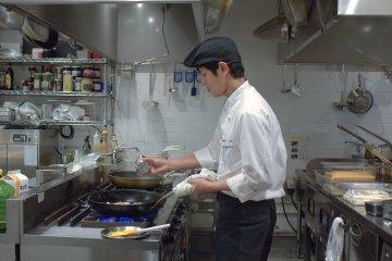 早餐時間在 Bonsalute Kabuki 工作的廚師