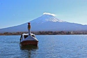 "Naik perahu di danau ""Kawaguchiko,"" Prefektur Yamanashi."