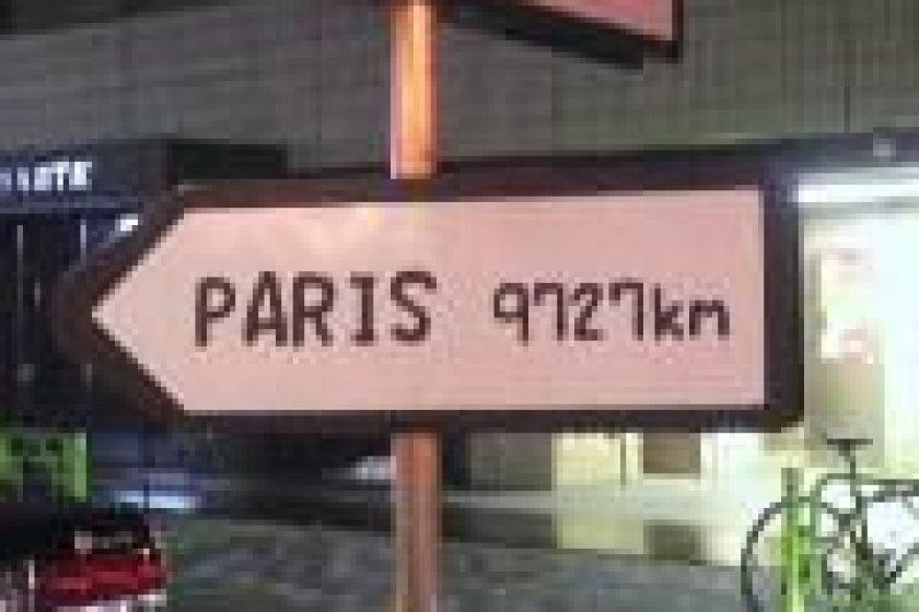 골목 입구의 간판. 파리까지의 거리가 적혀 있어요.