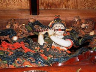 寺院の天井彫刻に描かれたシーンは現世的だ