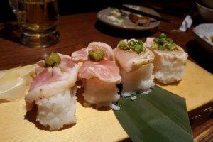 Sushi daging ayam mentah