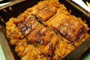 Món cuối cùng trong bữa ăn, lươn Kyushu nướng trong hộp gỗ mộc mạc