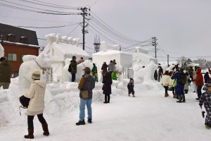 The different neighbourhoods take part in a snow structure competitione