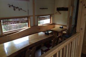 テーブル席の他にも掘りごたつ式のテーブルも。