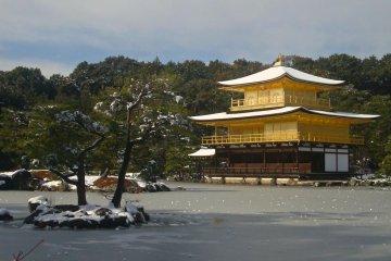 Замёрзший пруд в Кинкаку-дзи