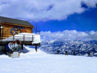 Sự bắt đầu của quá trình xuống dốc trượt tuyết từ núi cao của Olympic.