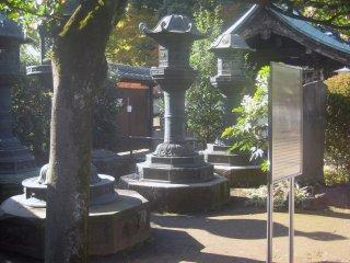 Каменные светильники на аллее, ведущей в храм Уэно Тосёгу, воздвигнутого в память об Иэясу Токугаве
