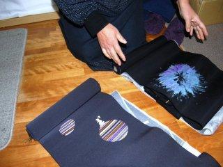 Memperlihatkan warna dan motif yang berbeda di hasil tenun watori buatannya