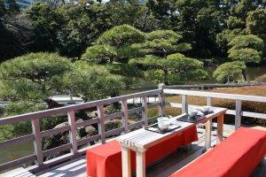 Une table sur la terrasse de la maison de thé au Hama rikyu