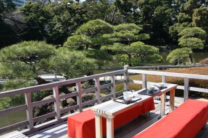Table sur la terrasse de la maison de thé au Hama-rikyu.