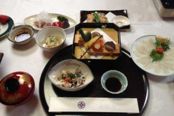 <p>อาหารญี่ปุ่นดั้งเดิมทำจากส่วนผสมจากท้องถิ่น</p>
