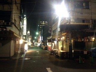 Le Marché de Tsukiji de nuit. Cela semble fou, mais j'y ai acheté des fraises