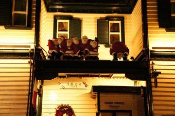 많은 산타클로스가 밤에 옥상에 모인다