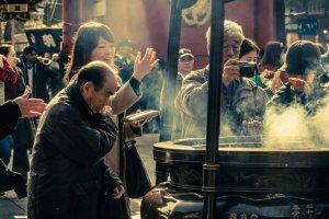線香の煙を浴びる伝統儀式