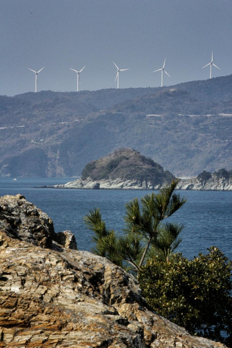 From the tip of the cape, you can see the wind turbines on the Sadamisaki Peninsula to the north, at Ikata.