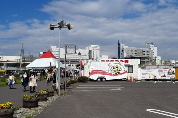 ร้านอุตซึตโนะมิยะ เกี้ยวสะคาน (Utsunomiya Gyozakan) ตั้งอยู่ตรงกลางระหว่างสถานีกับโรงแรมพอดิบพอดี