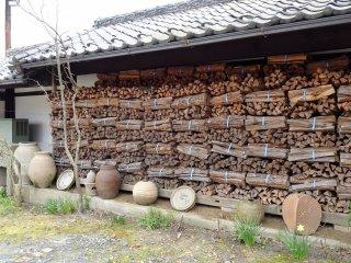 ทางร้านยังใช้ไม้ฟืนเป็นเชื้อเพลิง ไม่เปลี่ยนไปใช้แก๊สแบบสถานที่อื่นๆ ในมะชิโกะ