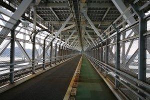 เส้นทางข้ามเกาะใต้สะพาน