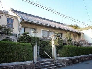 Дом торговца по соседству с Ёкан со слегка выпуклой крышей. Такой стиль редко увидишь за пределами Киото.