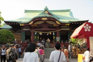 Many people visit Kameido Tenjin shinto shrine to pray