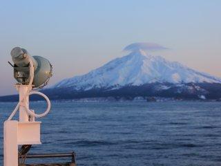 Núi Rishiri trông thật ngoạn mục khi mặt trời xuống thấp với màu sắc mờ nhạt của nó.