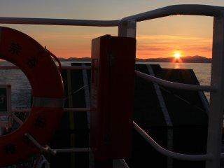 Mặt trời lại được đóng khung khi quét qua đỉnh của đảo Rebun.