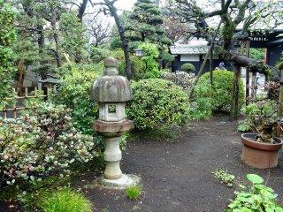 สวนเล็กๆ ข้างวัด เงียบสงบ จนคุณรู้สึกเหมือนว่าเป็นสวนส่วนตัวของคุณเอง