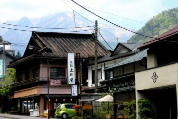 В старинных домах расположены рёканы или магазины