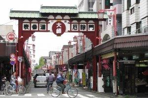 На улице, ведущей к храму Кавасаки Дайси, по обе стороны расположены торговые ряды