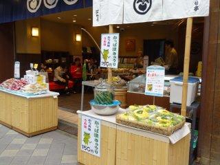 ร้าน 'คะวะมุระยะ' (Kawamuraya) ซึ่งขายผักดองนานาชนิด เพียงแค่เดินผ่านหน้าร้านก็น้ำลายสอขึ้นมาทันใด!