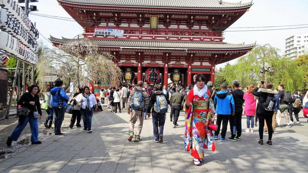 ถ่ายรูปกับประตูฟุไร จิน-มอน (furai jin-mon) หรือ ประตูแห่งเทพเจ้าสายลมและเทพเจ้าสายฟ้า