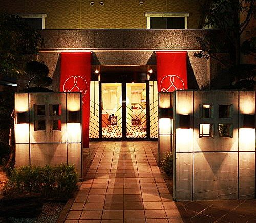 Вход в отель в вечернее время