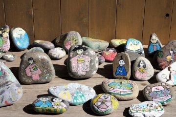 Камни, украшенные для Хина Мацури
