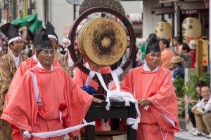 Các tu sĩ đẩy nhạc cụ trên đường