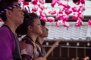 Những tay trống Taiko trình diễn trên chiếc phao nổi