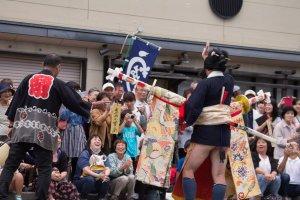 Vũ công múa kiếm vẫy tay với đám đông